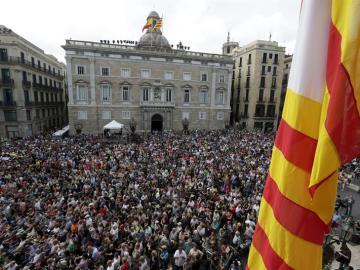 Miles de personas, en la plaza de Sant Jaume