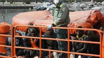 Agente de la Guardia Civil con varios inmigrantes