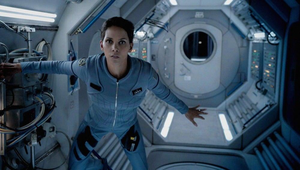Halle Berry en una escena de Extant