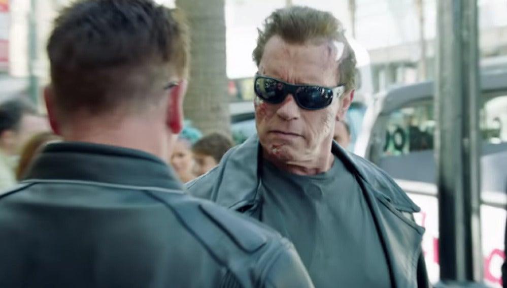 Arnold Schwarzenegger vestido de Terminator