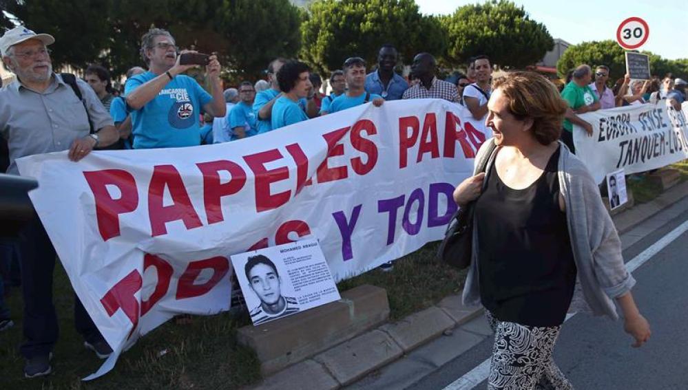 Ada Colau durante la manifestación por el cierre de los CIE
