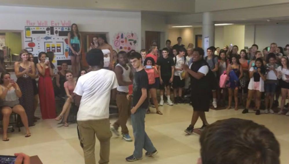 Los chicos en el reto de baile