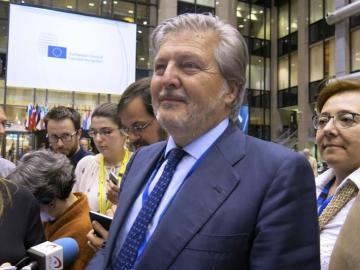 Méndez de Vigo, rodeado de prensa en Bruselas