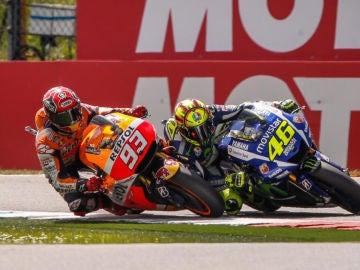 Márquez y Rossi se tocan en la última curva del GP de Holanda