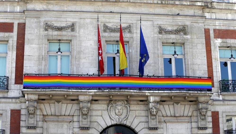 Bandera arcoiris en la sede de la Presidencia de la Comunidad de Madrid.