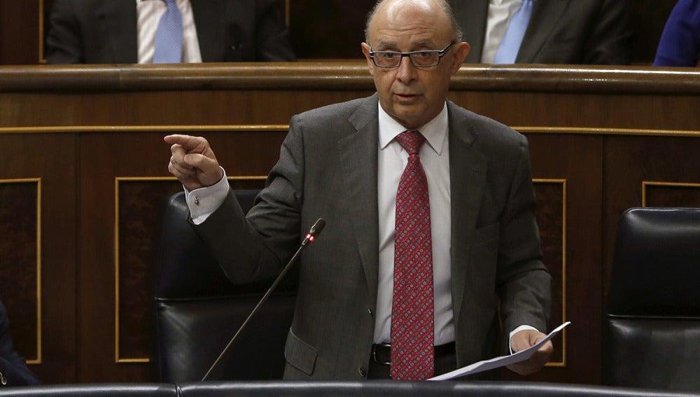 El ministro de Hacienda durante su intervención en la sesión de control al Ejecutivo