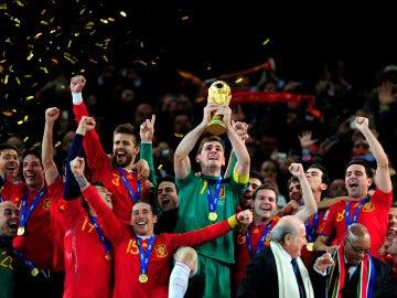 Casillas levanta el Mundial de Sudáfrica en 2010.