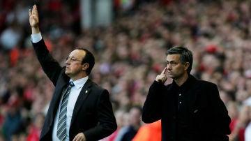 Benítez y Mourinho, durante un encuentro en la Premier