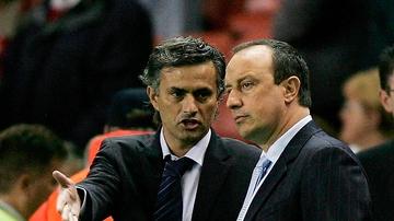 Mourinho dialoga con Benítez durante un Chelsea-Liverpool