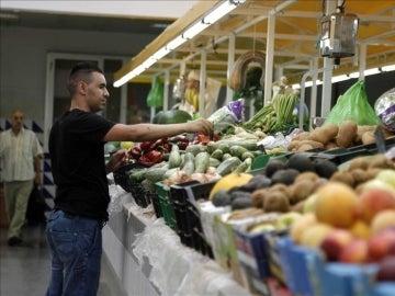 Puesto de frutas y verduras en un mercado