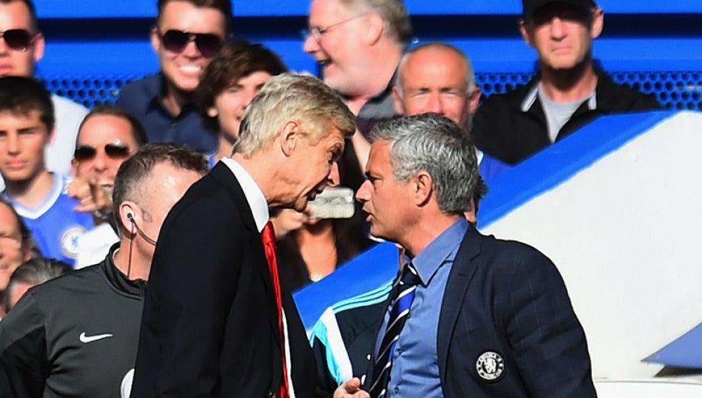 Wenger y Mourinho, encarados durante un partido