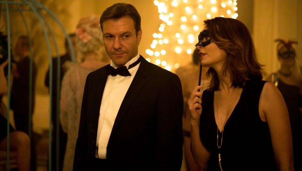 Frank va con Caterina a una fiesta para arreglar las cosas