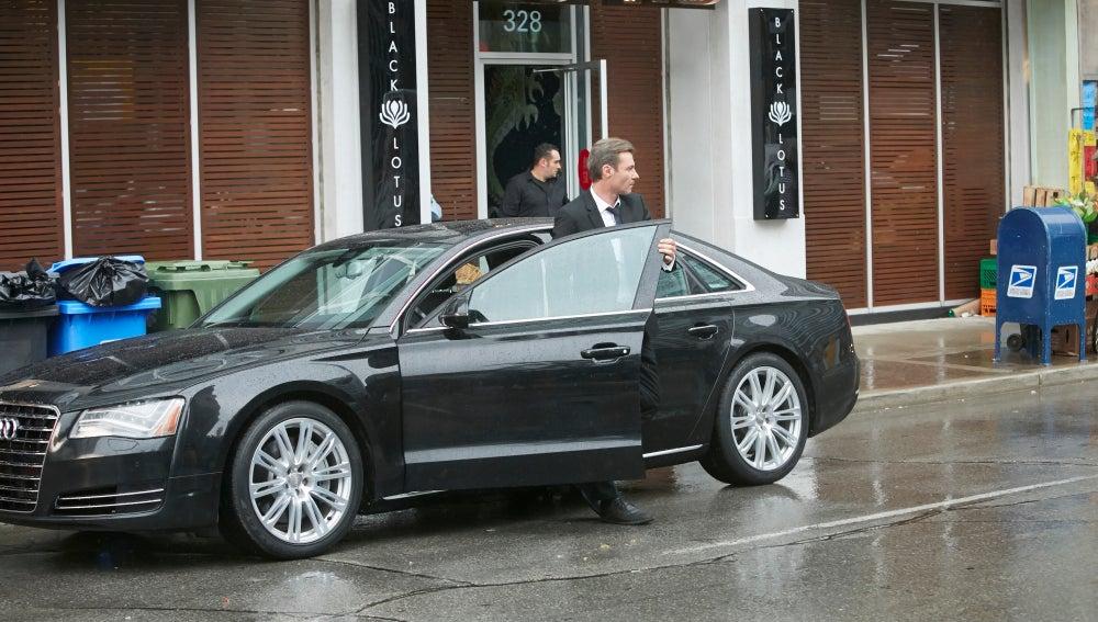 Frank llega a 'Loto Negro' en su coche