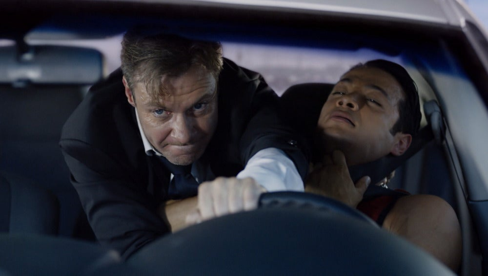 Frank Martin pelea con uno de los hombres del mafioso