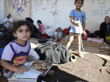 Niños esperan para ser registrados en un campo de migrantes (Archivo)