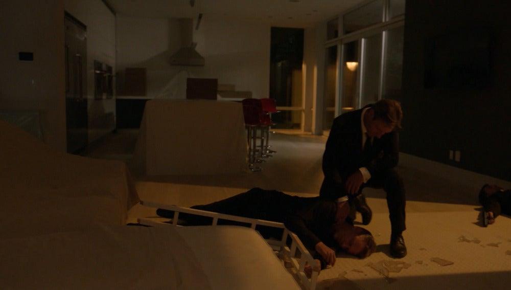 Frank salva su vida y la de Rose en el piso de Schramm