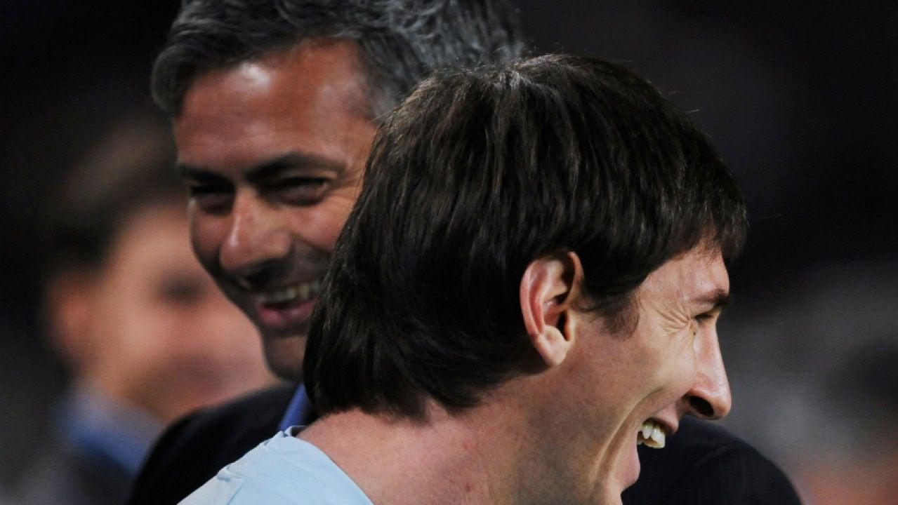 Leo Messi y Mourinho dialogan antes de un partido