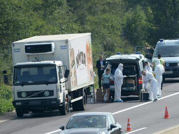 Expertos forenses en el camión frigorífico en Austria