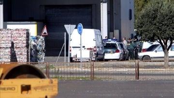 Efectivos de la Guardia Civil en la planta de reciclaje de Zaragoza