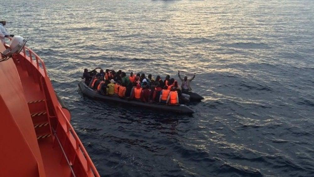 Patera con inmigrantes