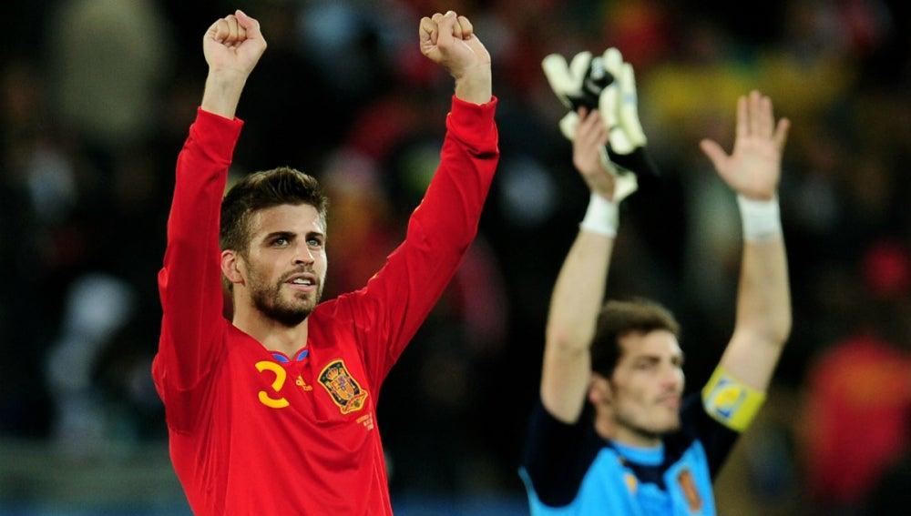 Gerard Piqué celebra con la Selección, con Casillas en segundo plano