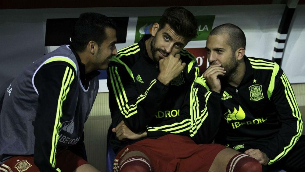 Pique, en el banquillo junto a Cesc y Jordi Alba