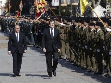Mariano Rajoy y Jorge Fernández Díaz en el acto de entrega de la bandera de España a la Guardia Civil