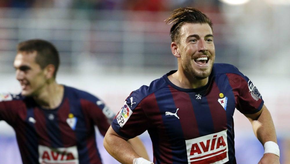 Sergi Enrich celebra un gol con el Eibar