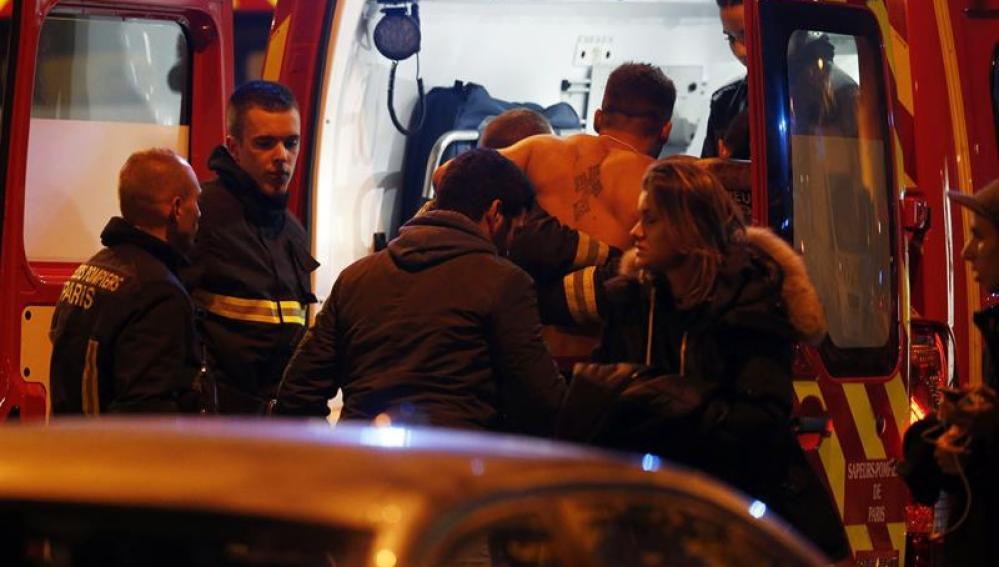 Un herido sube a una ambulancia en París