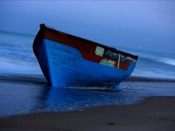 Vista de una patera en las costa de Cádiz
