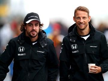 Fernando Alonso y Jenson Button en el paddock