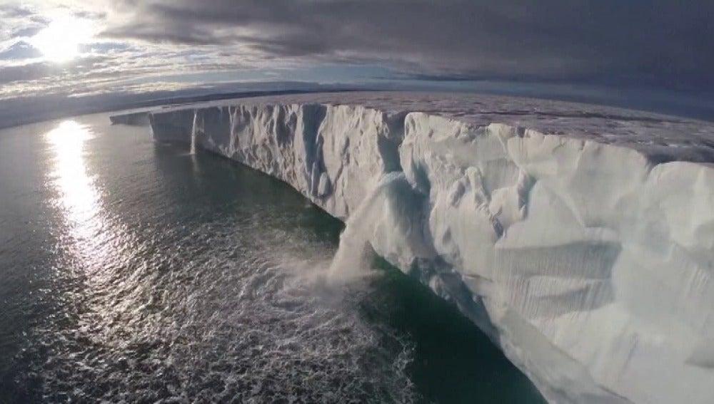 Una catarata muestra el deshielo del ártico