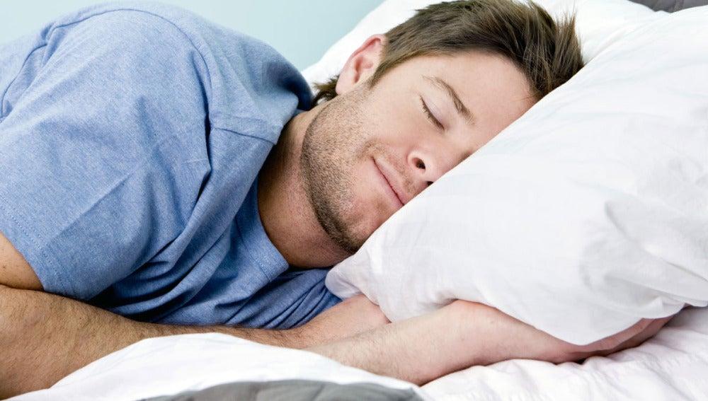 Un hombre durmiendo