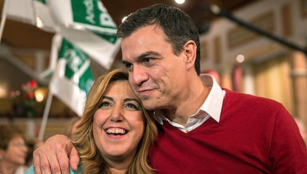 Pedro Sánchez, junto a la presidenta de la Junta de Andalucía, Susana Díaz