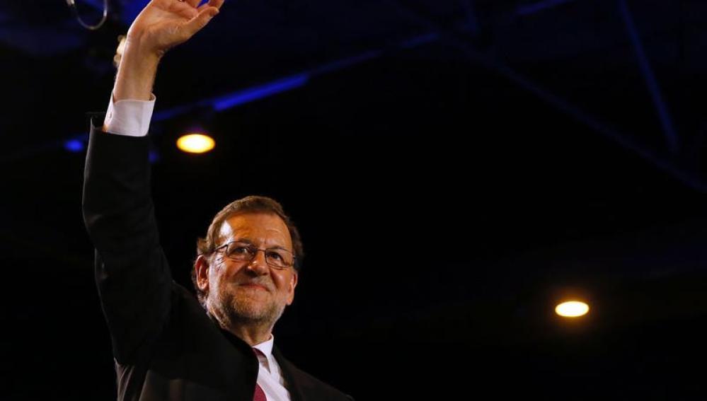 Rajoy saluda durante el acto electoral de cierre de campaña