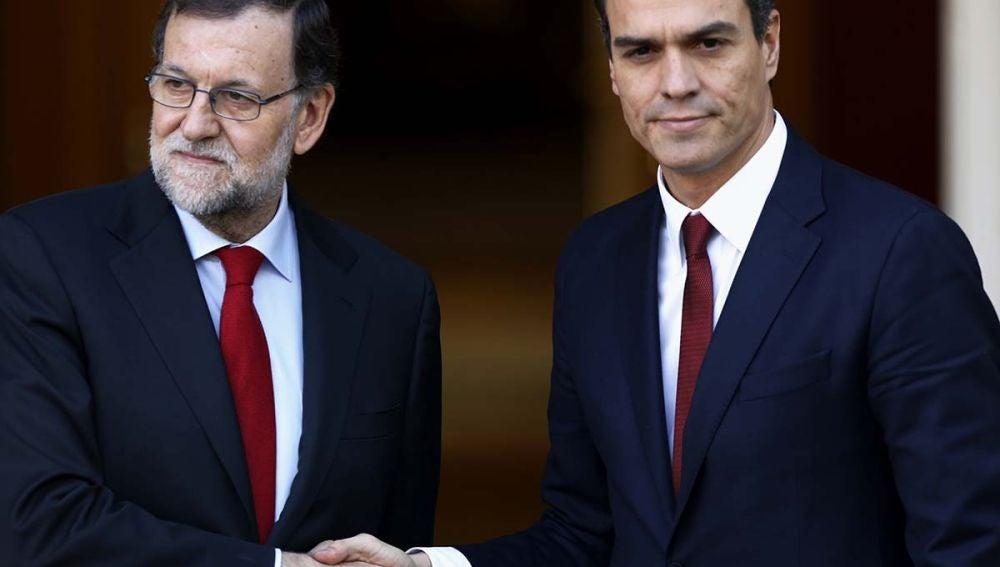 Saludo de Rajoy y Sánchez en La Moncloa