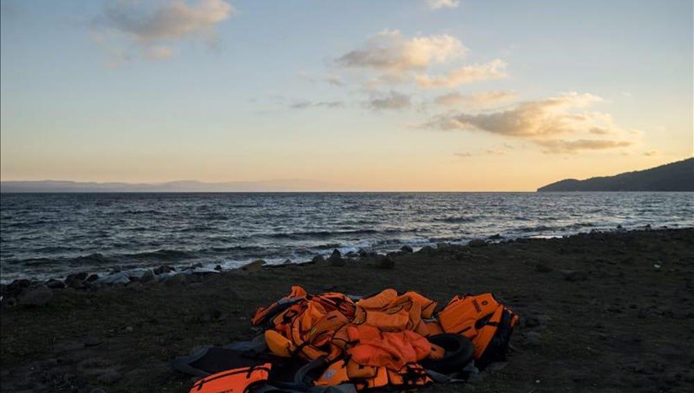 Chalecos salvavidas abandonados por los inmigrantes