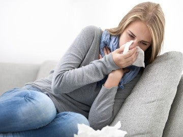 Una mujer sufre la gripe