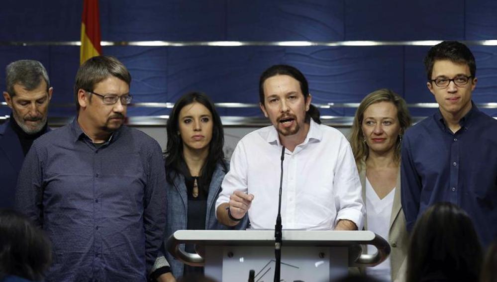 Pablo Iglesias junto a su equipo durante la rueda de prensa en el Congreso