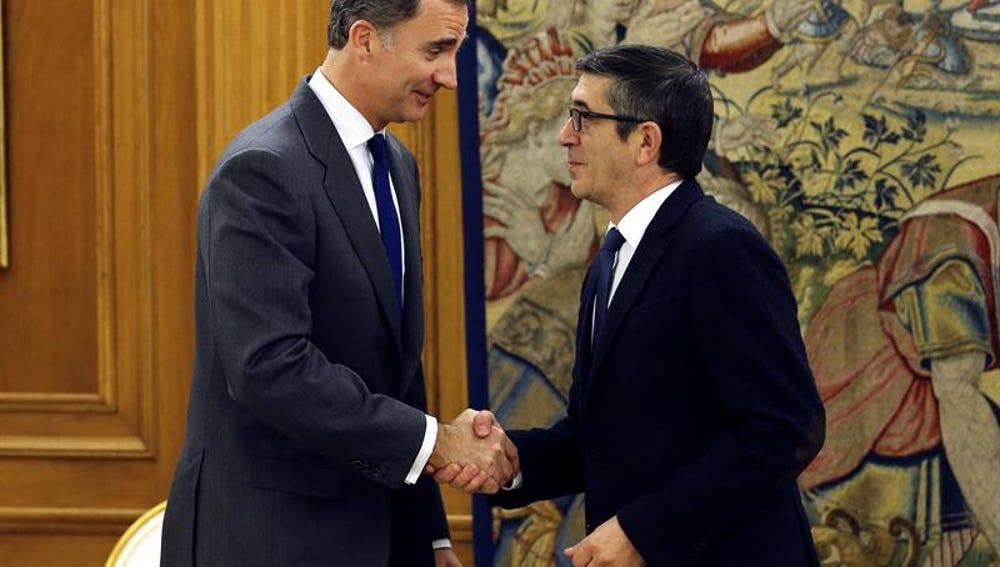 Felipe VI saluda a Patxi López