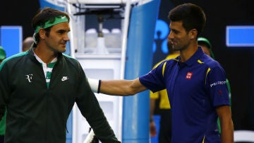 Novak Djokovic y Roger Federer se saludan antes del partido