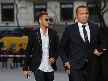 Neymar y su padre andando al juzgado