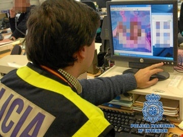 Policía Nacional registrando archivos informáticos y ordenadores