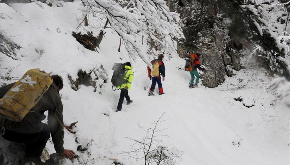 Varios montañeros, durante una expedición en Francia
