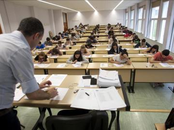 Estudiantes haciendo un examen