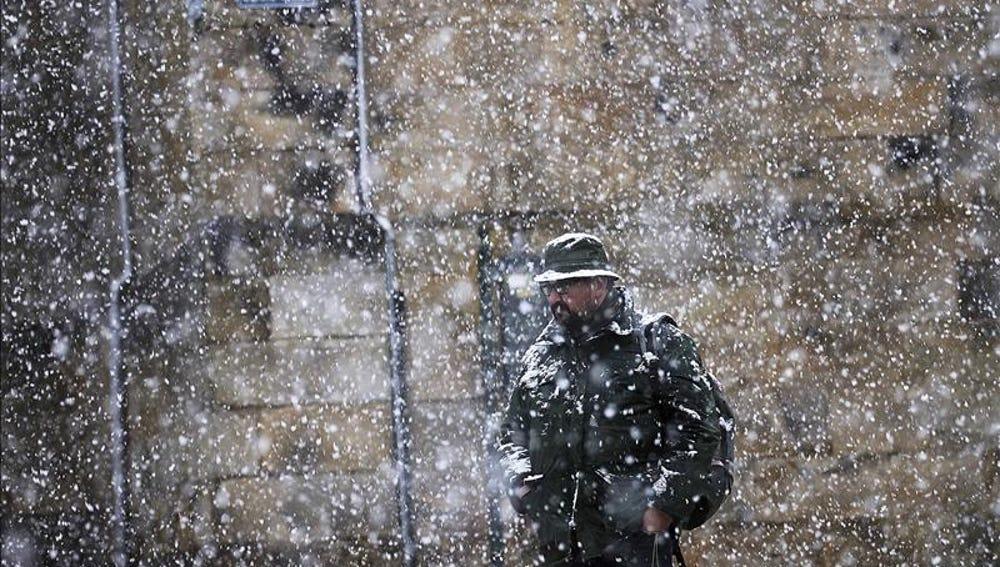 Una persona camina entre la nieve en Cantabria