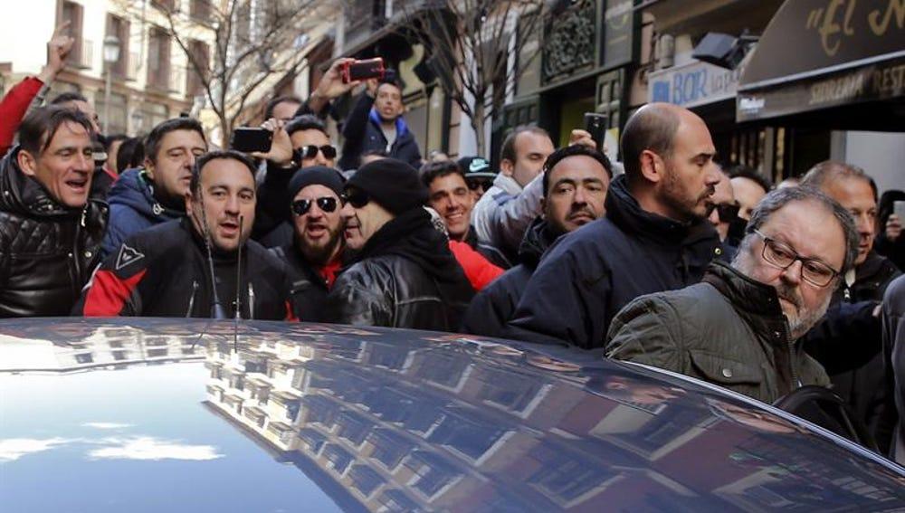Javier Barbero sale del bar mientras le increpan los policías