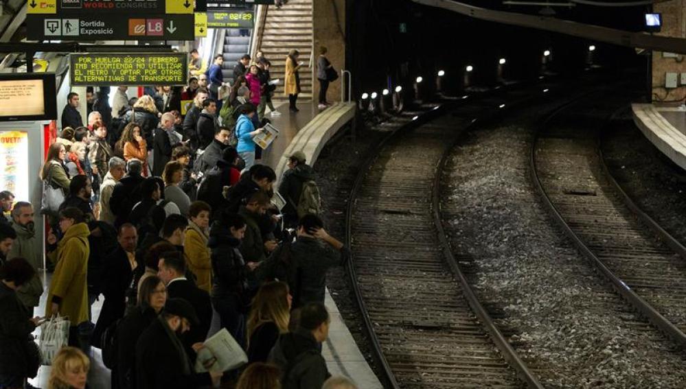 Usuarios del Metro de Barcelona esperan en el andén