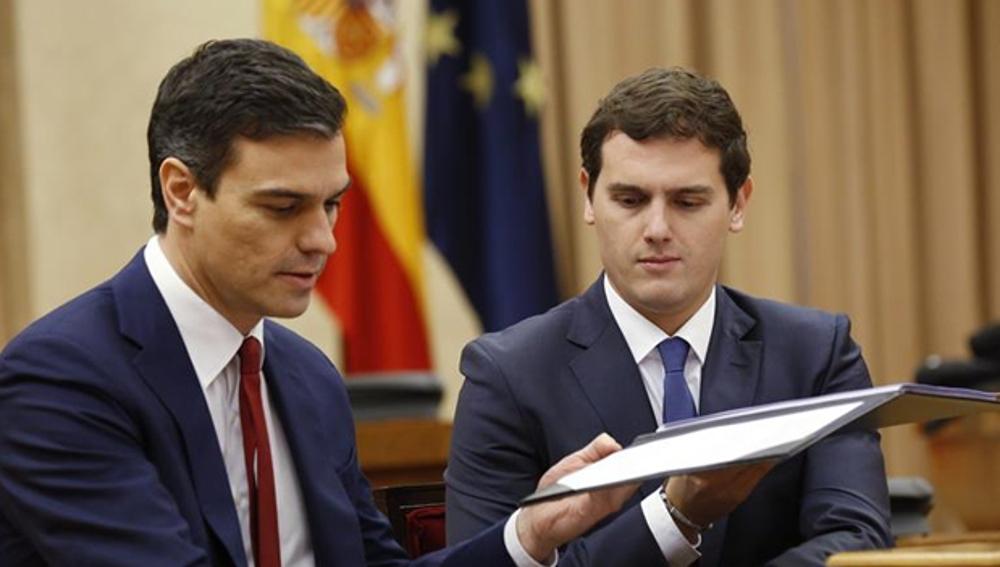 Pedro Sánchez y Albert Rivera firmando su acuerdo