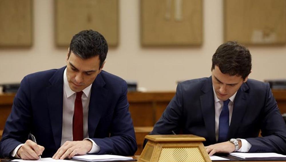 Pedro Sánchez y Albert Rivera firmando su pacto en el Congreso